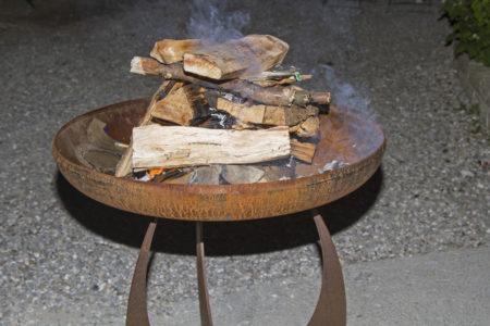Feuerschale mit Holz