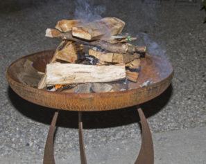 Keramik, Edelstahl oder Gusseisen – Die richtige Feuerschale finden