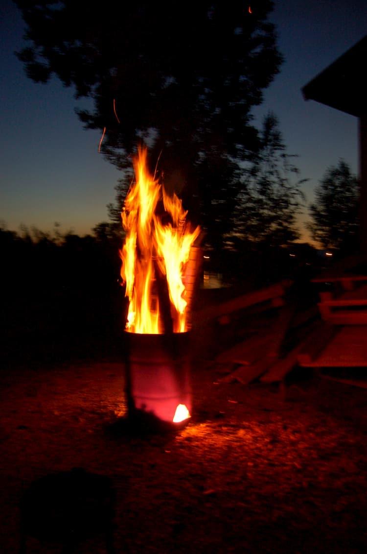 Feuerstelle im Garten - Die Feuertonne bringt urbanes Flair