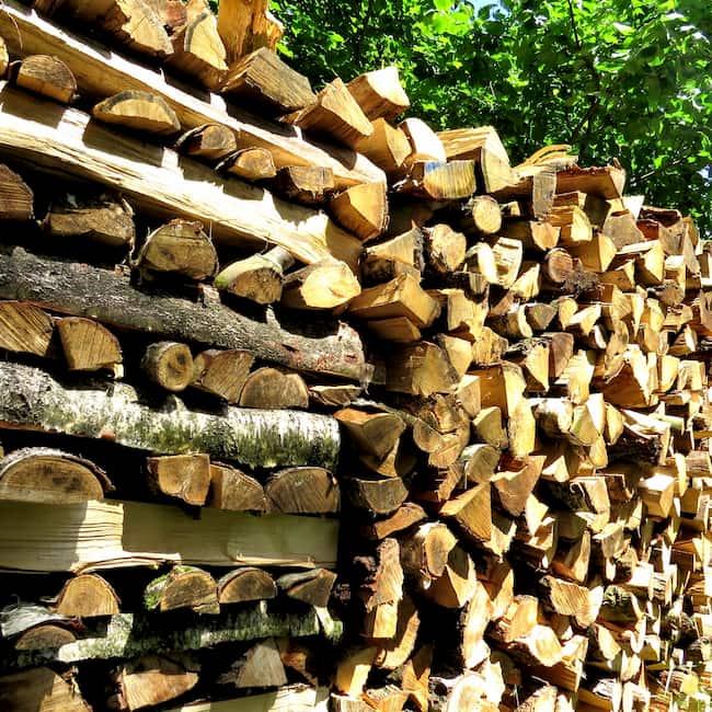 Auf diesem Bild sehen sie einen Brennholzstapel