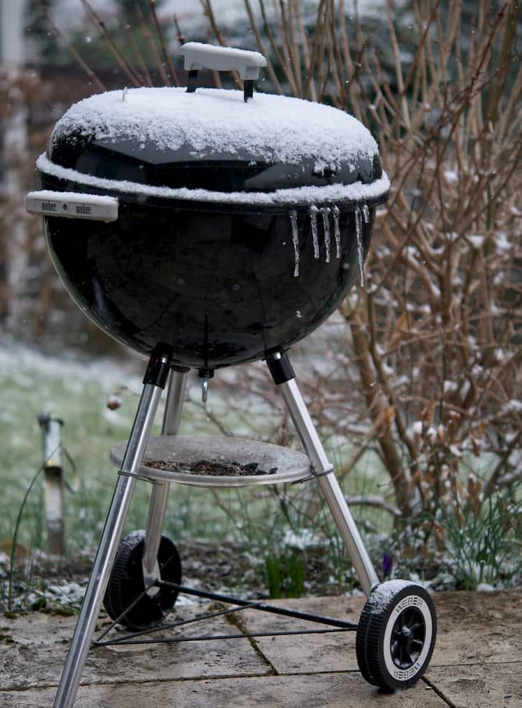 Das Bild zeigt einen Kugelgrill im Winter
